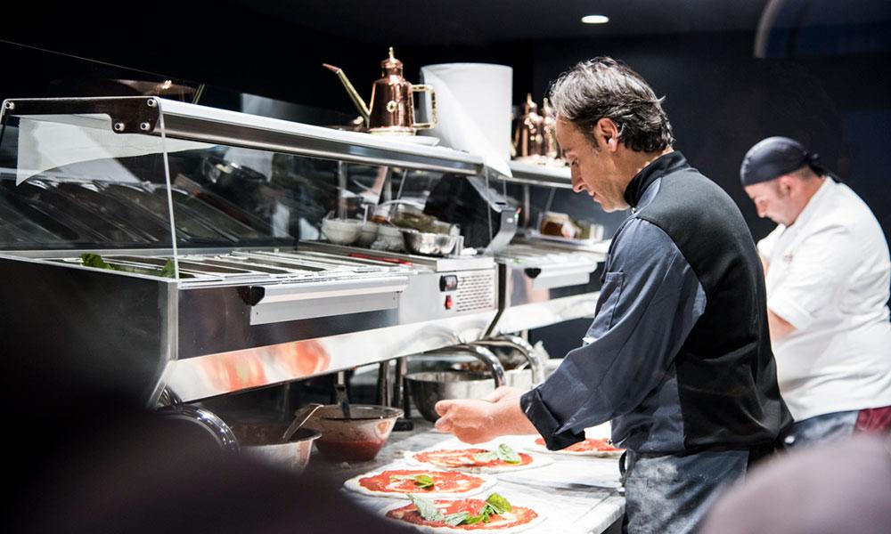 fresco caracciolo inaugurazione event planet food & wine dettaglio preparazione pizza