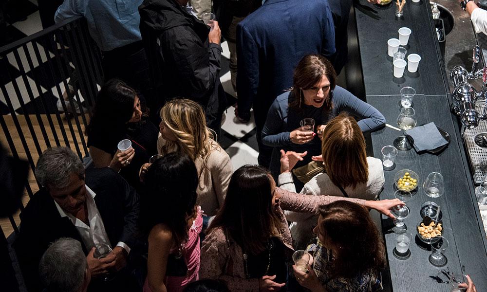 fresco caracciolo inaugurazione event planet food & wine dettaglio invitati che conversano dall'alto