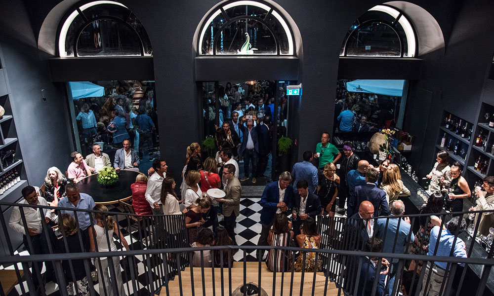 fresco caracciolo inaugurazione event planet food & wine ingresso locale con folla che entra