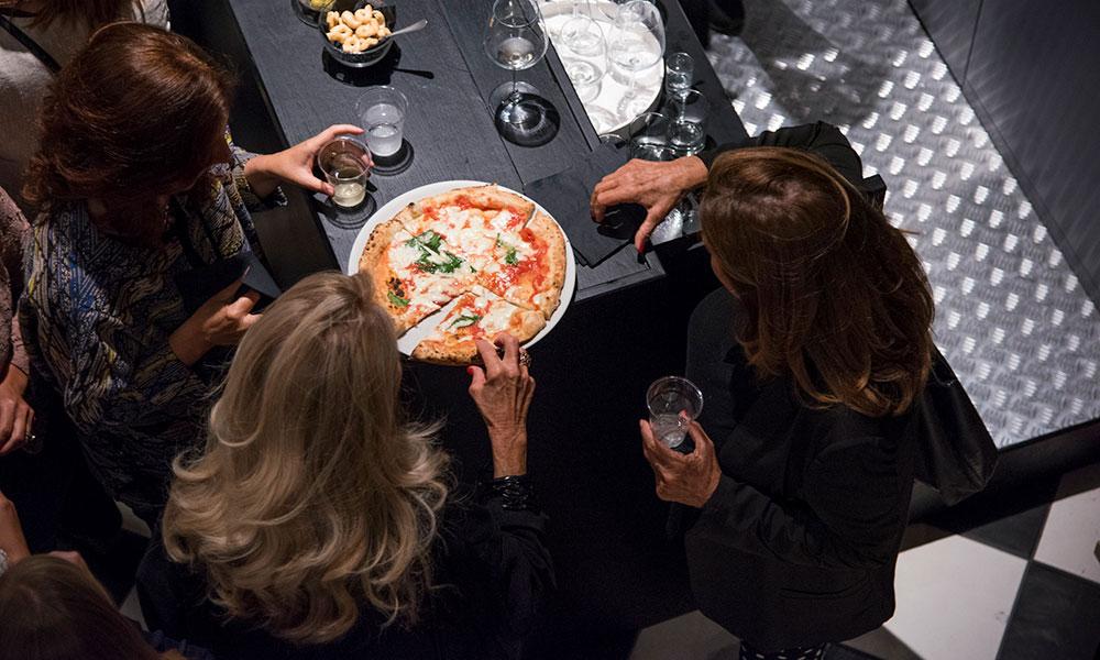 fresco caracciolo inaugurazione event planet food & wine donne assaggiano la pizza