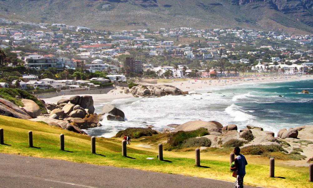 sud africa event planet group incentive travel cape town spiaggia e città sullo sfondo